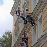 darbininkai atlieka fasado remontą